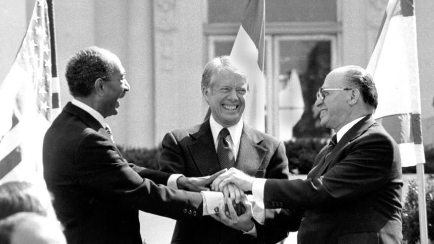 Anwar Sadat, Jimmy Carter und Menachem Begin besiegeln Friedensvertrag zwischen Israel und Ägypten