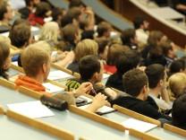 Kinderdienst: Studenten koennen neue Stipendien bekommen