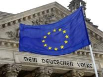 Europa-Flagge weht vor dem Bundestag