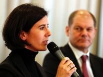 Die Spitzenkandidatin der Hamburger FDP für die Buergerschaftswahl, Katja Suding, während einer Diskussionsveranstaltung neben dem SPD-Fronntmann Olaf Scholz