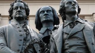 Goethe-Schiller-Denkmal ueberrascht mit dritten Mann