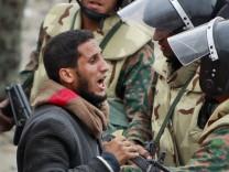 Regimegegner im erregten Gespräch mit Soldaten in Kairo