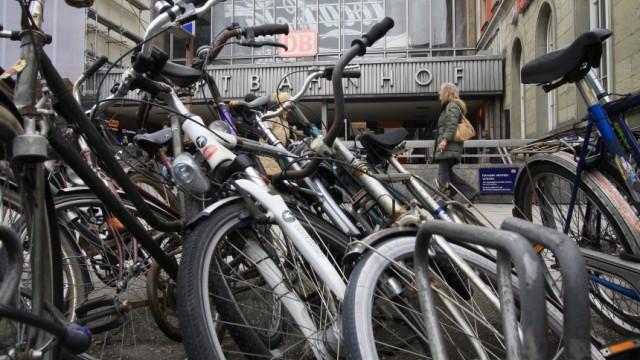 Schrott Fahrräder Am Bahnhof Auf Dem Abstellgleis Landkreis