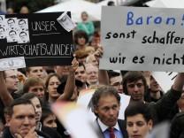 Bundeswirtschaftsminister Guttenberg begeistert Zuhoerer als DJ