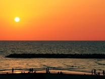 Tel Aviv, Sonnenuntergang, Strand, Israel, Himmel, Sonne, Wasser, Standing Up, Schlafen, Liegen, Wolkenloser Himmel