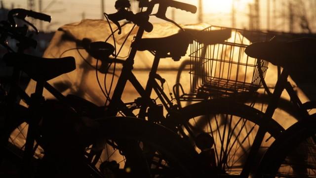 Geparkte Fahrraeder in der Abendsonne unter der Donnersberger Bruecke