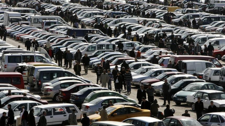 Alle mit dem Auto da: Besucher eines Marktes in Ankara