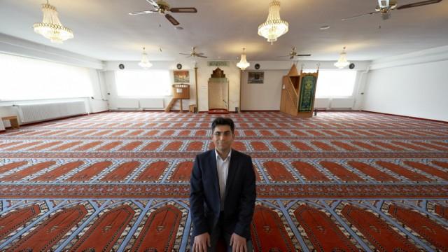 Mesut Karauezuem im Gebetsraum der Yunus Emre Camii Moschee