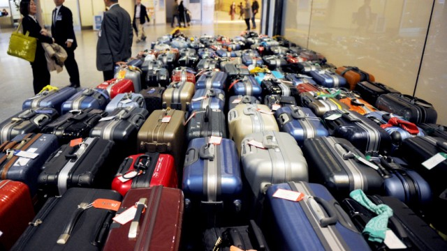 Koffer und Reisende am Flughafen Narita
