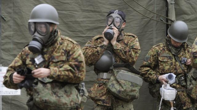 Japan nach dem Tsunami - Soldaten mit Schutzmasken