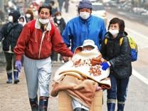 Japan - Alter Mann wird evakuiert
