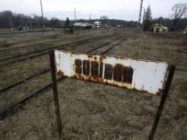Schild des ehemaligen Bahnhofs Sobibor in Polen.