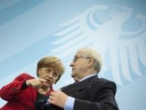 Atom-Gespräch im Kanzleramt Bundeskanzlerin Angela Merkel (CDU) mit ihrem Wirtschaftsminister Rainer Brüderle (FDP)