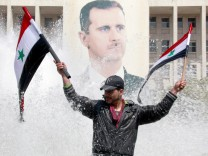 Pro-government protesters demonstrate in Damascus