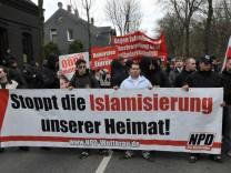 NPD und ProNRW demonstrieren in Duisburg