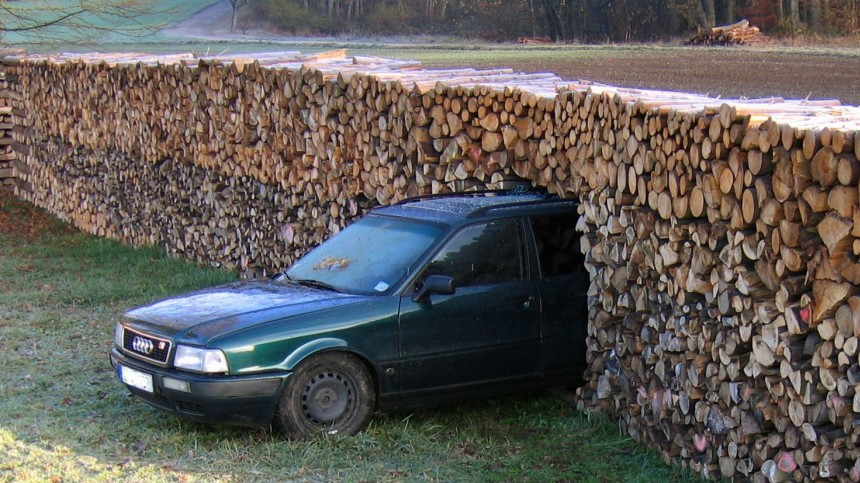 Pkw durchstößt Holzstoß