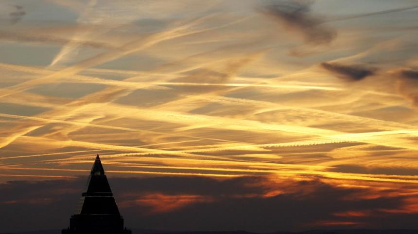 Kondensstreifen am Frankfurter Himmel