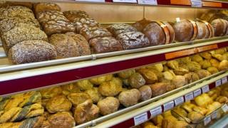 Brot und Brötchen in einer Bäckerei