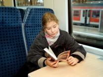 Kind in Waggon der Deutschen Bahn AG