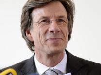 Universitaet Bayreuth prueft Doktorarbeit von Verteidigungsminister Guttenberg weiter