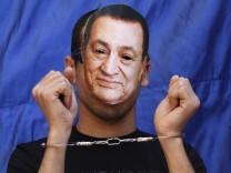 Protest gegen den Despoten im Präsidentenpalast: ägyptischer Oppositioneller mit Mubarak-Maske