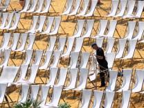 Stühlerücken am Rheinstrand