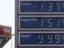 Tankstelle verkauft Superbenzin fuer 9,99 Euro