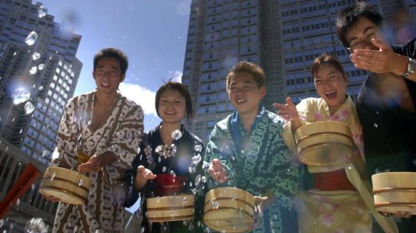 Wasserspritzer gegen Hitzewelle in Tokio