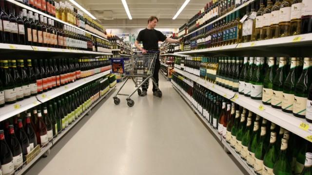 Weinregale im Supermarkt