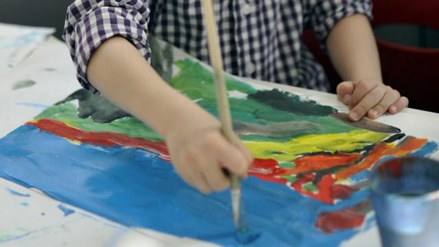 Kinder und ihre Kunstwerke - aber wo sollen Eltern die Malereien aufbewahren?