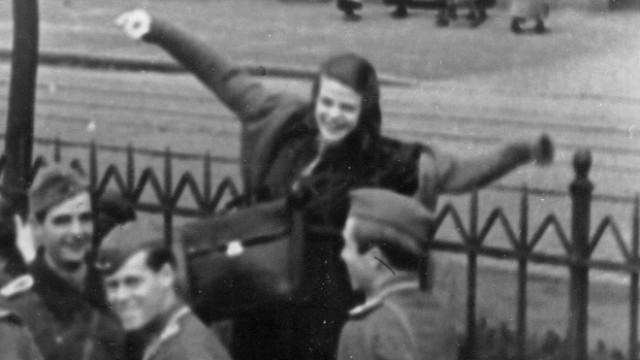 Hans Scholl, Sophie Scholl, Willi Graf und Alexander Schmorell auf dem Münchner Verladebahnhof, 1942