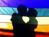 Zwei Männer küssen sich auf einer Schwulen-Demo in Rio de Janeiro