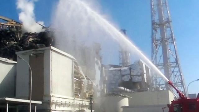 Löscharbeiten am Atomkraftwerk Fukushima