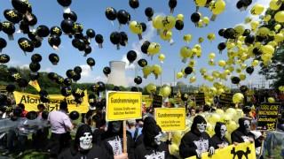 Atomkraftgegner protestieren mit 10.000 Ballons in Gundremmingen
