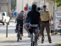 Polizist stoppt Fahrradfahrer, 2009