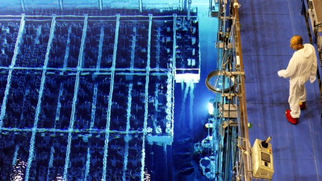 Ein Mitarbeiter des Kernkraftwerks Krümmel bei Geesthacht während Wartungsarbeiten neben dem Brennelemente-Lagerbecken und dem Flutraum mit dem geöffneten Reaktor.