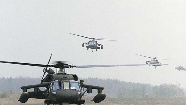 """Amerikanische Transporthubschrauber UH-60 """"Blackhawk"""", 2001"""