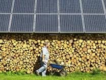 Holzlager mit Sonnenkollektoren