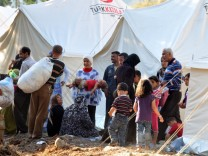 Syrian people flee Northern Syria to Turkey