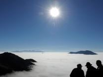 Bergsteiger und Wanderer haben einen wunderbaren Blick vom Wendelstein aus auf die umliegenden Berggipfel.