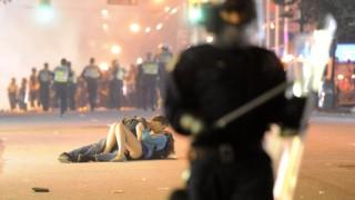 COUPLE KISSES DURING VANCOUVER RIOT
