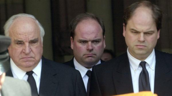 Helmut, Walter und Peter Kohl auf der Beerdigung von Hannelore, 2001