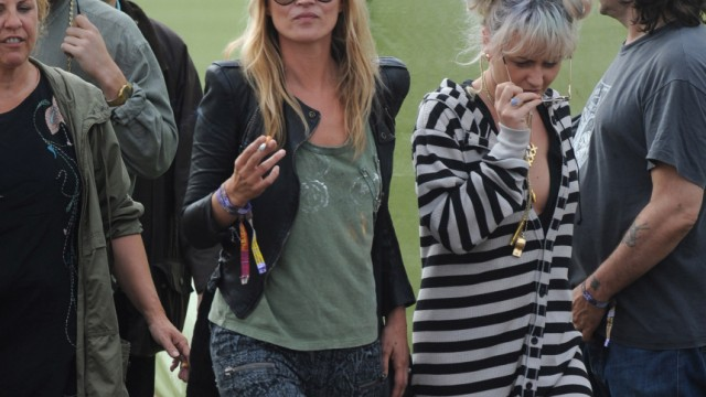kate moss beim glastonbury festival schock im schlamm. Black Bedroom Furniture Sets. Home Design Ideas