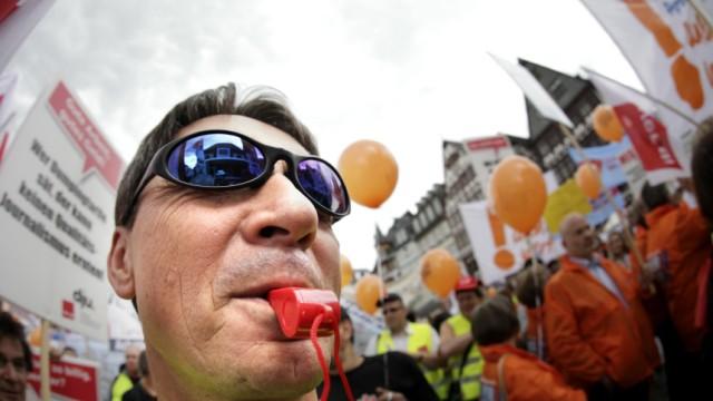 4.000 Redakteure und Drucker demonstrieren in Frankfurt