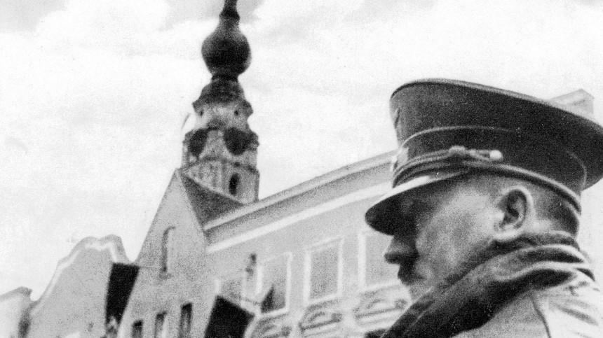 Adolf Hitler bei einem Besuch seiner Geburtsstadt Braunau. SZ Photo / Scherl