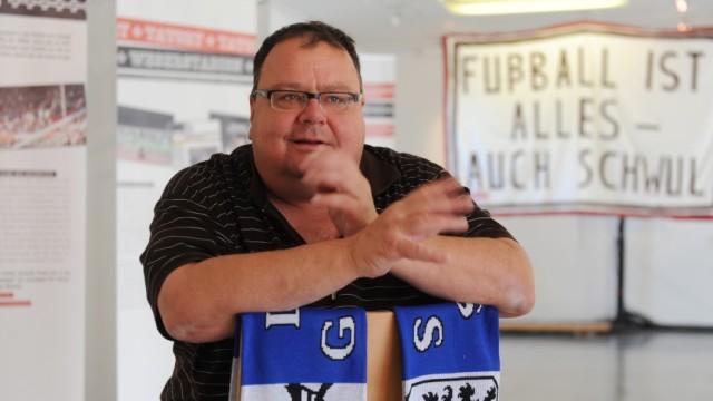 Löwen-Fan Herbert Schröger in der Ausstellung 'Tatort Stadion', 2011