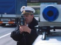 Polizist mit Radarpistole