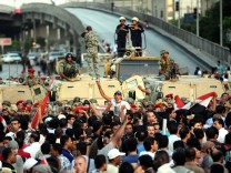 Egyptian army stops protesters from reaching ministry