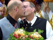 Deutschlands erstes Schwulen-Ehepaar auch nach zehn Jahren  noch verliebt