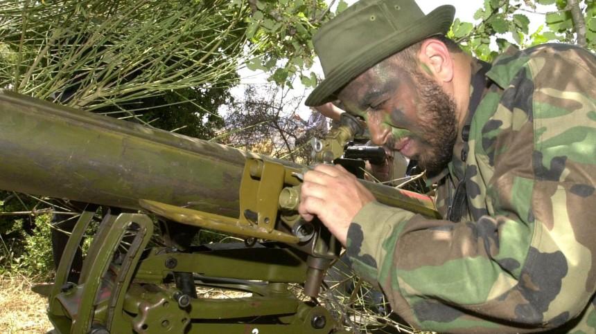 Hisbollah-Kämpfer mit Raketenwerfer in Stellung, 2001